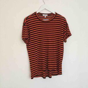 Superfin röd/svart randig tröja från & Other Stories! Ganska stor i storleken, passar också mig som är 38! ❤️🖤❤️🖤 kan mötas upp i stockholm annars tillkommer frakt på cirka 40 kr!