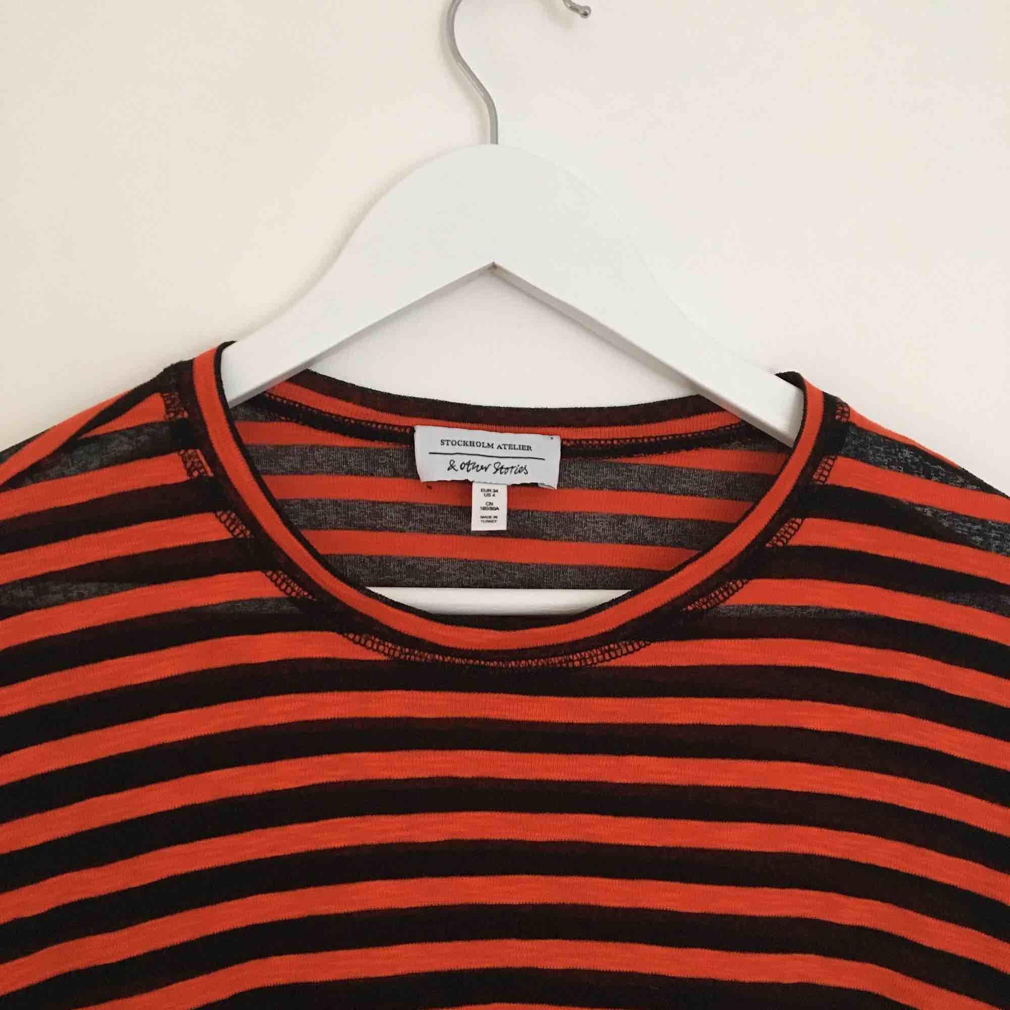Superfin röd/svart randig tröja från & Other Stories! Ganska stor i storleken, passar också mig som är 38! ❤️🖤❤️🖤 kan mötas upp i stockholm annars tillkommer frakt på cirka 40 kr! . T-shirts.