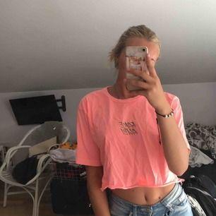 """Oversized men jag är xs sååå fin neon rosa tröja med text """"fake alibi"""""""