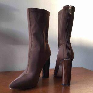 De snyggaste skorna du kommer få tag på! Det smärtar mig att sälja men använder de helt enkelt för lite och de förtjänar bättre </3 Storlek 4, passar mig som har 36,5/37. 10cm klack. Endast använda en gång. Frakt tillkommer (: