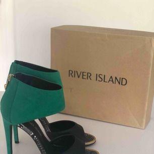 Snygg sandaler med hög klack och dragkedja baktill. Använd endast ett par gånger så dom är i nyskick. Ni får orginalkartongen till. Hämtas i Malmö eller skickas mot frakt.