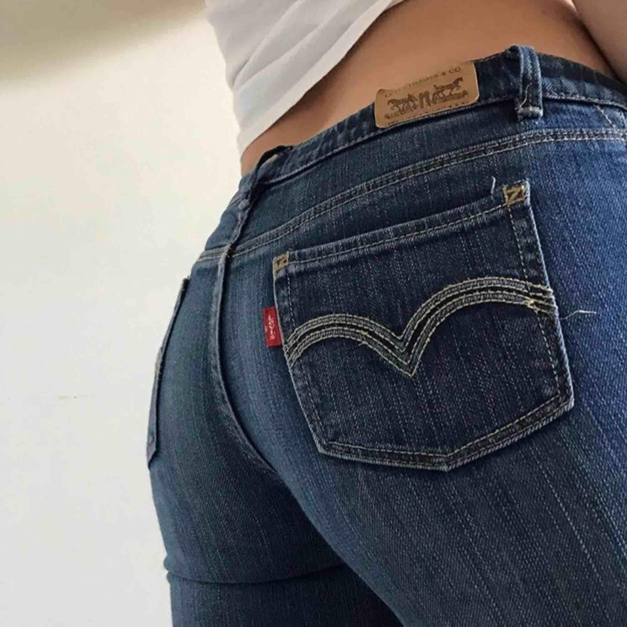 Supersnygga, lågmidjade jeans från levi's  köpta på barnavdelningen men passar som 32. Jeans & Byxor.