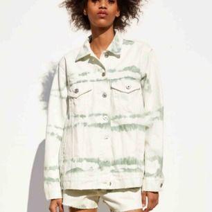 Söker denna batik jacka från zara, storlek kvittar?