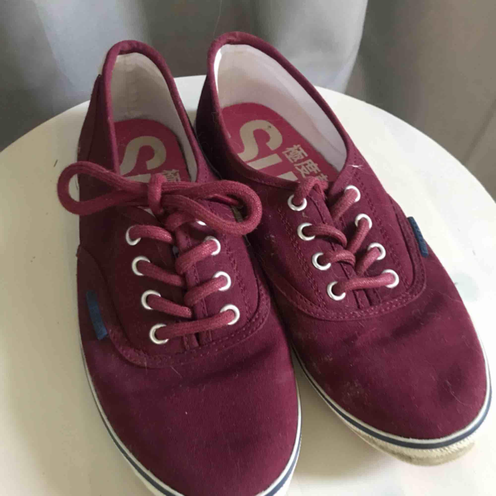 Supernygga skor från Superdry i en vinröd färg Jag gör såklart rent dem innan jag skickar dem. Skor.