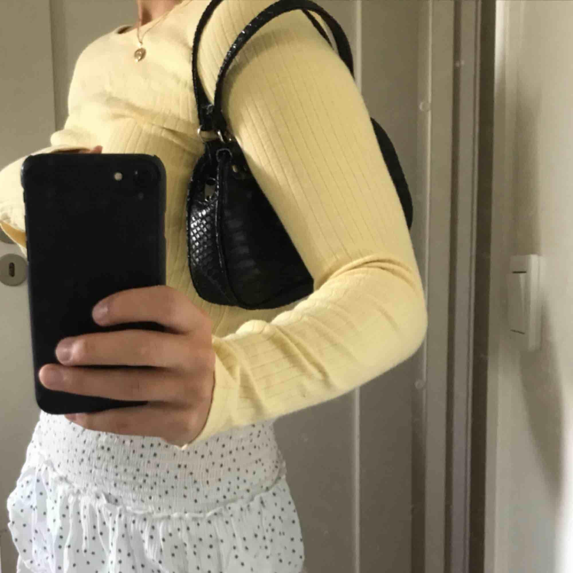 Supersöt, gul, ribbad tröja köpt på Bon'a parte på barnavdelningen men skulle säga att den passar som xs 💛. Toppar.