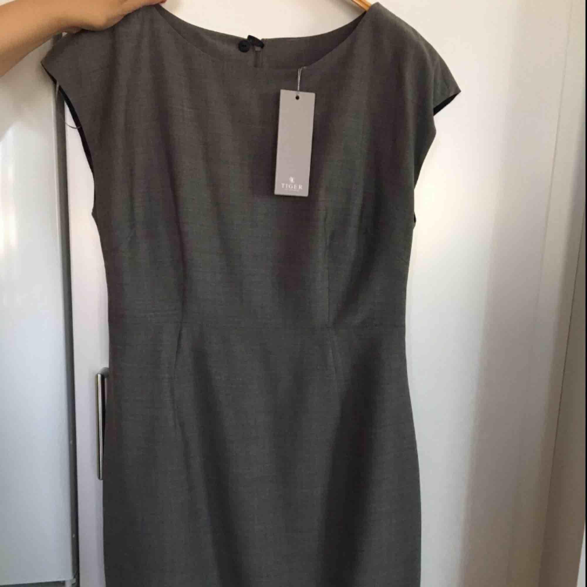 Klänningen är i storlek 38 och nypriset ligger på 1999kr, fin figursydd klänning likaså aldrig använd prislapp på denna finns även kvar. Klänningar.