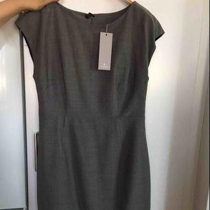 Klänningen är i storlek 38 och nypriset ligger på 1999kr, fin figursydd klänning likaså aldrig använd prislapp på denna finns även kvar