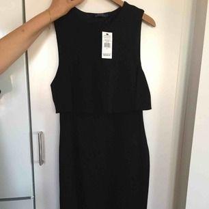 Storlek 8, ny jättefin klänning som aldrig är använd med prislapp kvar, öppen i ryggen samt med dragkedja, nypris 2895kr