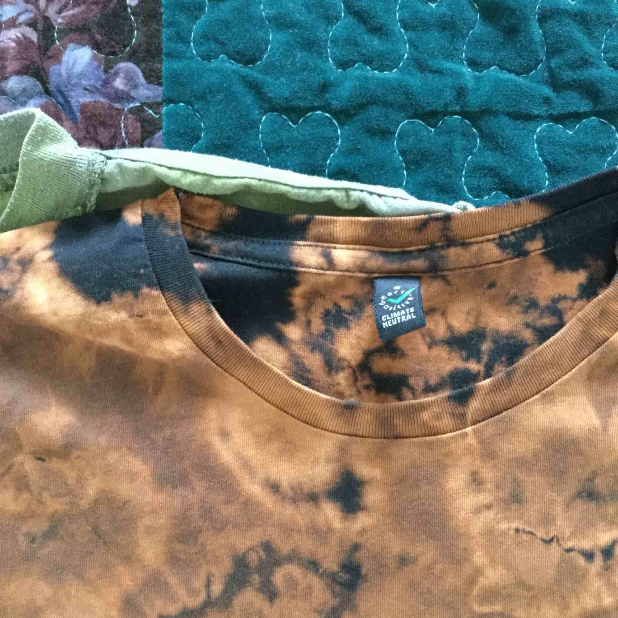 Så galet snygga batiktröjor! Säljer dom separat för 120/styck alt. båda för 200. Älskar dessa men dom har blivit för små! . T-shirts.