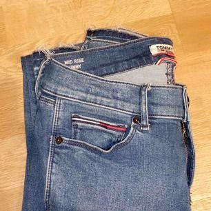 Tommy Hilfiger jeans. Modell- Mid Rise Skinny Nora. Storlek 27/30. Kom med bud priset går att diskutera, skriv också för flera bilder:)