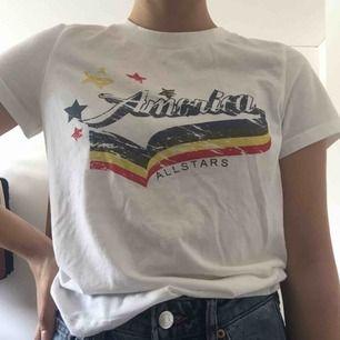 T-shirt från Bikbok i storlek S. Använd fåtal gånger och är därav i bra skick! Köpare står för frakt, men det går även att mötas upp i Lund.