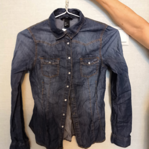 Helt ny jeans shorta aldrig använd, prislappen är kvar. Slim i storleken med två fickor. Fakturan ingår i priset och priset kan diskuteras :)