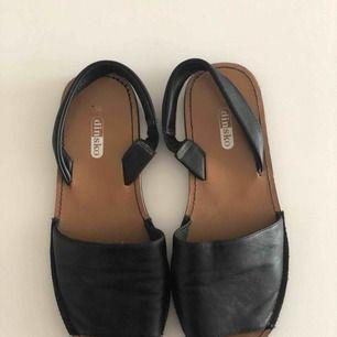 Svarta bekväma sandaler i fint skick. Hämtas i Malmö eller skickas mot frakt