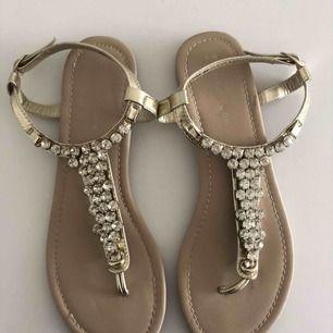 Fina guldiga sandaler med strass. I fint skick. Hämtas i Malmö eller skickas mot frakt.