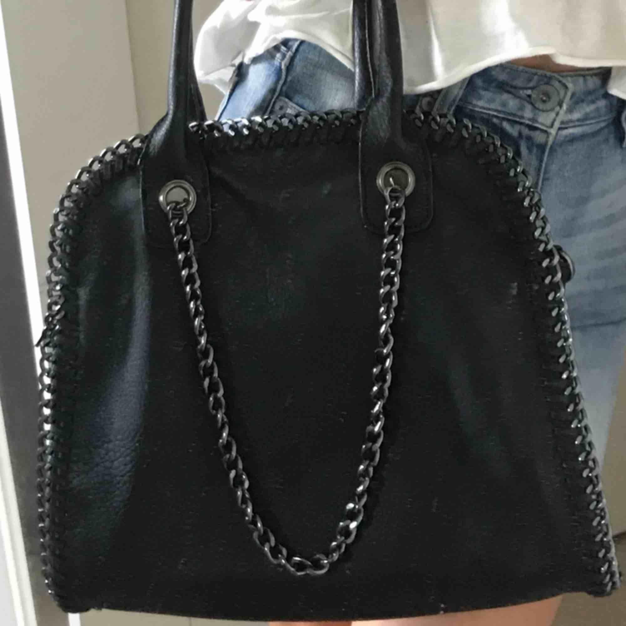 Stor och rymlig Stella McCartney liknande väska Perfekt för o resa med eller bara ha på stan🤩. Väskor.