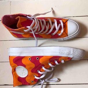 Converse❤️Marimekko skor i storlek 38. Supersnygga i färgerna rosaröd och orange. Nyskick. Fler bilder finns. Möts upp i Stockholm eller fraktar (köparen står för frakten).
