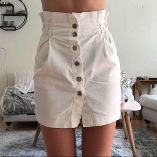Fin vit kjol från zara med knappar! Nästan helt oanvänd. Köparen står för frakt men kan mötas upp i Uppsala