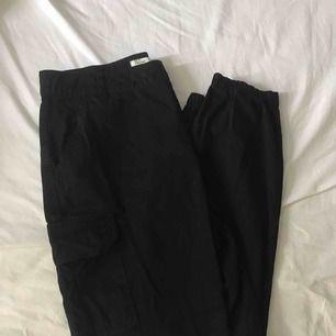 Ett par skitsnygga och trendiga cargo pants från nelly. 🥰 Nypris 500:-. Använda ett fåtal gånger.