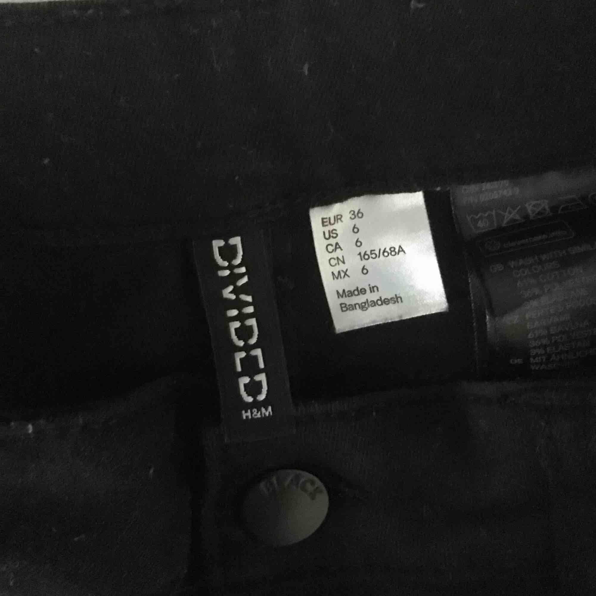 Korta svarta shorts i ett väldigt stretchigt material, är som avklippta vid benen. Kommer ej till användning av mig. ☺️. Shorts.