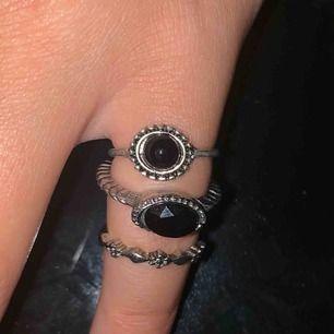 3 ringar i olika former. Jag har dessa på lillfingret men kan även användas som vanliga ringar. Fe två med svarta stenar: 25kr/st. Den med blomman: 20kr. Alla för 45kr🌸 Slut: blomman