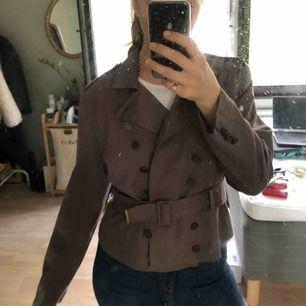 Vintage jacka i kort trenchcoat-stil. Möts gärna upp annars tillkommer frakt!:)