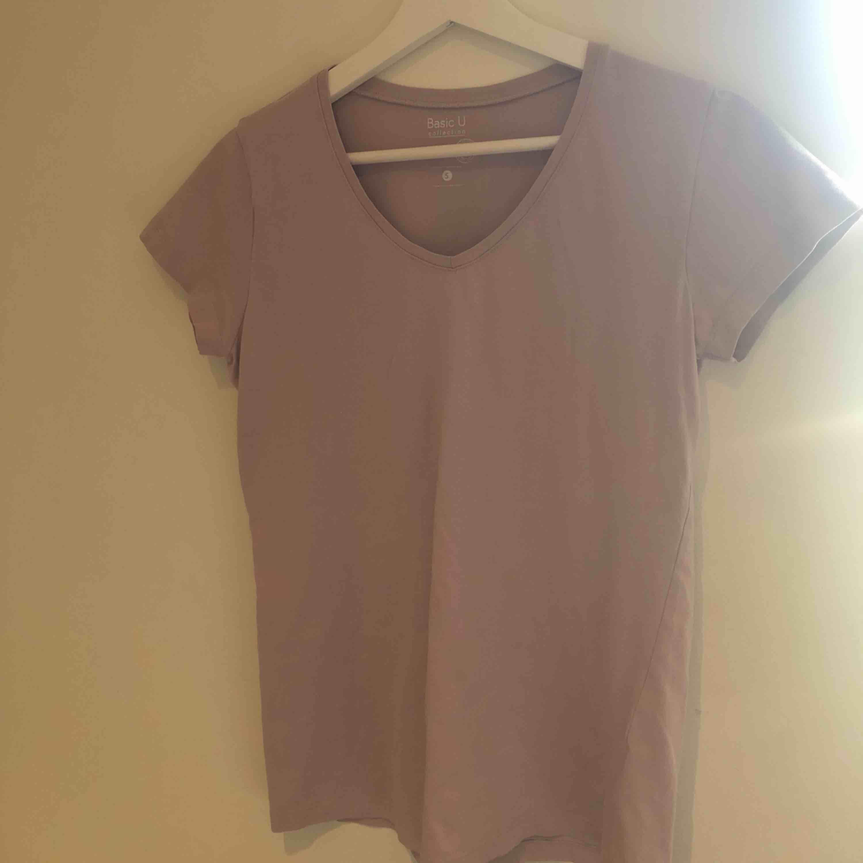 Säljer denna fina t-shirt köpt på Ullared för 39kr, denna har använts max 2 gånger! V-ringning. Har exakt denna i en grön färg! Kontakta mig om ni vill ha bilder på den!. T-shirts.