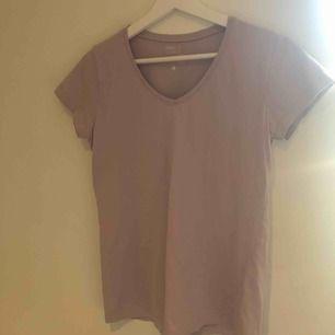 Säljer denna fina t-shirt köpt på Ullared för 39kr, denna har använts max 2 gånger! V-ringning. Har exakt denna i en grön färg! Kontakta mig om ni vill ha bilder på den!