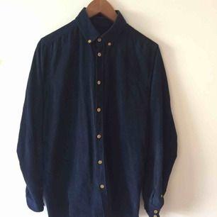 Knappt använd blå Samsøe Samsøe-skjorta i Manchester. Modell: Augustus LS B.  Måtten är följande:  Axel-axel 43 cm. Armhåla-armhåla 54. Längd: 79.  Betalning i swish!