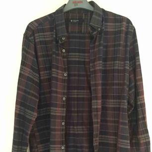 """Tiger of Sweden-skjorta i storlek 42, style """"Yoder"""". Knappt använd. Mörka färger."""