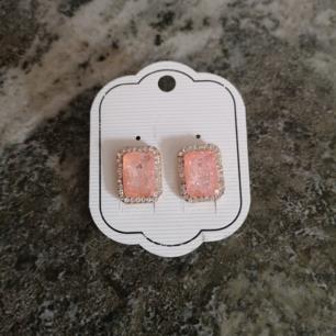 Charmiga örhängen med syntetiska stenar  *Skimmrande *6 g  *Rosa  *Nytt skick   Pris är exklusive frakt, kan    fraktas för 20 kr!