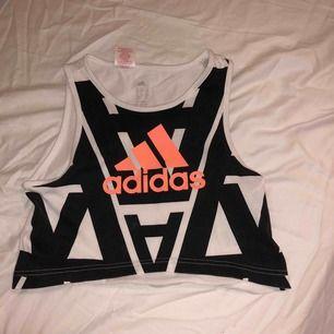 Det är en Adidas träningströja, den är svart och vit är i storlekarna UK 7-8y US XS E 128