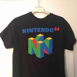 Nintendo 64 t shirt från pacsun. Bara provat den nångång så den är som ny.