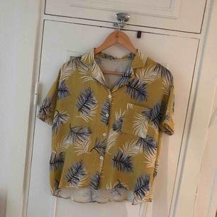 Säljer min gula blus/skjorta, köpt i Vietnam i storlek one size. Köpare står för frakt 🌷