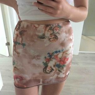 Jättefin kjol som är köpt på Depop för 200kr+frakt. Tyvärr är den aldrig använd pga lite för liten för mig. Står stl M i kjolen men passar mer som en XS. Frakt 36kr
