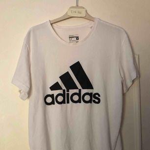 Adidas Sport Essentials t shirt i bra skick.