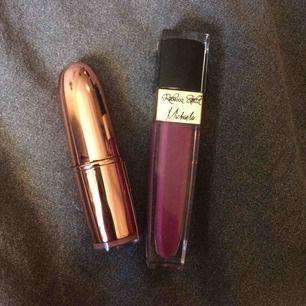 Två läppstift. Det guldiga läppstiftet i nudefärg (Rose gold) heter färgen är från Lindex, och läppstiftet i lila färg (Michaela) heter färgen är från RebeccaStella. Fraktkostnad tillkommer på 10kr.