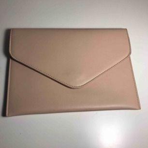 Beige kuvertväska. Har använt en gång.  Pris in förhandlas.
