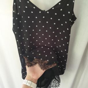 SÅ gullig prickig klänning. Med spets längst ned. Tunn underklänning. Köpte utan och pröva i hopp om att den skulle va stor i storleken, men nix, passar en XS och kanske även S⭐ frakt på 25 tillkommer