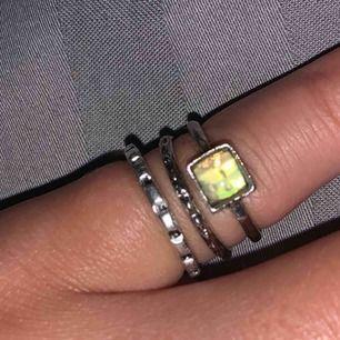 3 fina ringar i silverfärg. En med en sten som jag säljer för 25kr. Den är i diskret grönt/silver men blir som en regnbåge i blixt. De andra två säljer jag för 15kr/st. Alla för 40kr🥰