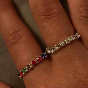 Säljer dessa fina ringar. En i regnbågens alla färger. En med silverstenar och silver i metallen. En med silverstenar och guld i metallen. De är elastiska vilket gör att storleken är mellan s-l. 25kr/st eller alla för 50kr🥰Silver slut!