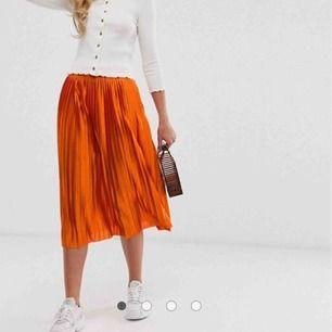 Suuuuuper cool orange plisserad kjol från ichi som är slutsåld.  Använd lite så i bra skick. Köpt för 600kr.  Bjuder på frakten 🥰🥰