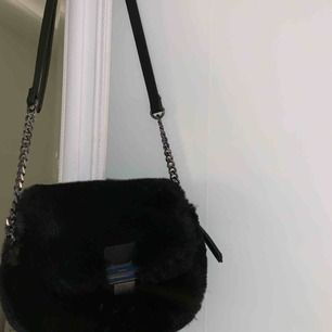söt fluffig handväska med silvriga detaljer