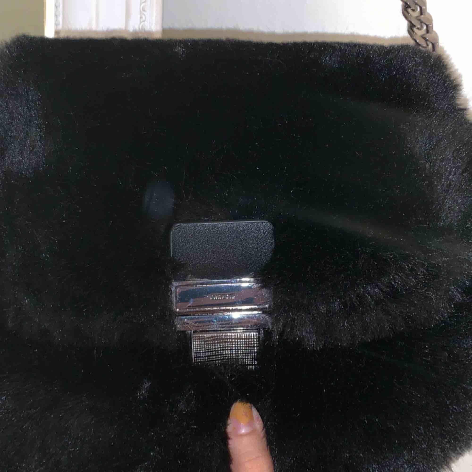 söt fluffig handväska med silvriga detaljer . Väskor.