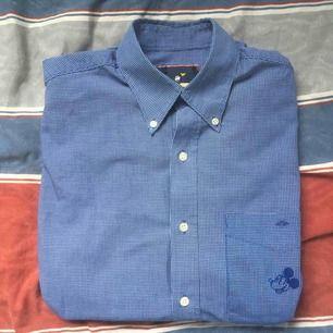 Mussepiggskjorta i storlek small. OBS en knapp saknas. FRI FRAKT.