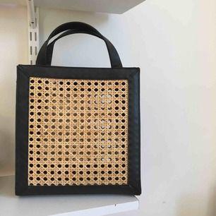 SUPERFIN och populär väska från Zara! Köpte på plick utan axelband och tofs så de medföljer ej. Finns så att man kan hänga eget axelband- se sista bilden.  Möts endast upp i Stockholm! 💌