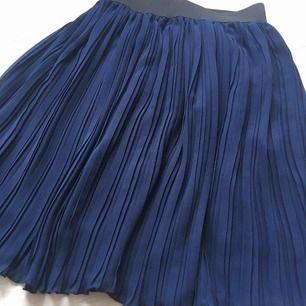 Ny mörkblå plisserad kjol från NA-KD Trendyol. Kjolen kan passa för 36 (S) storlek också. Frakt kommer (39kr).