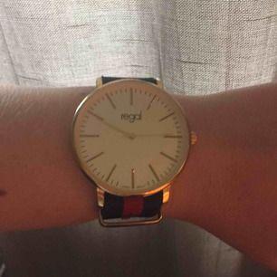Jättefin klocka från regal, sparsamt använd då den inte är min stil. Batteriet behöver bytas.