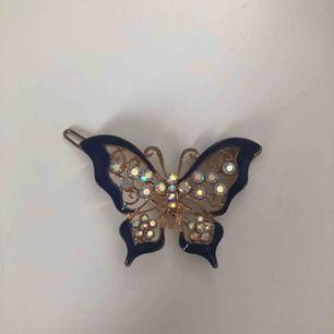 Hårspänne -Marinblå fjäril. Frakt 18kr