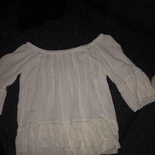Jättefin vit blus från tessie, sparsamt använd.