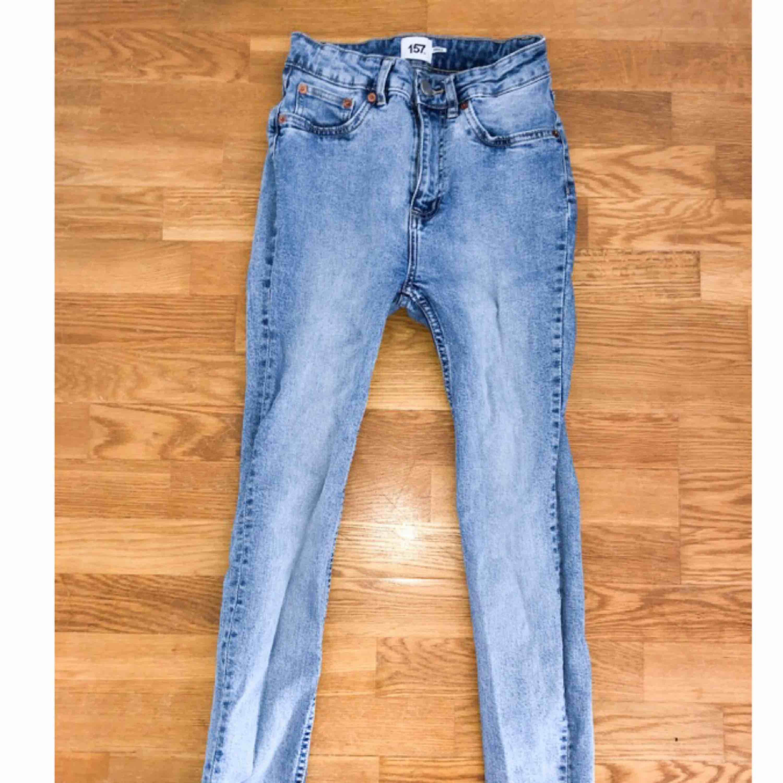 Jeans med fransar i benen ifrån Lager 157. Storlek M/S stretchigt material. Knappt använda.. Jeans & Byxor.